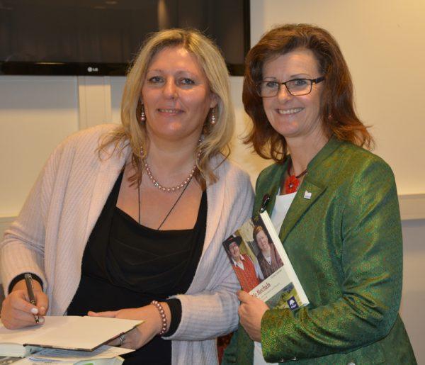 Eunike Grahofer signiert das Buch die Hechals