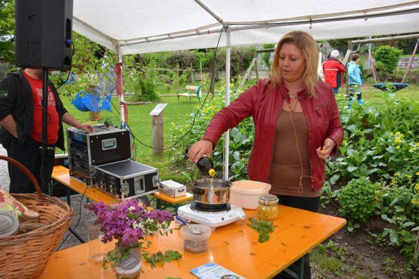 Eunke Grahofer leitet einen Kräuterworkshop