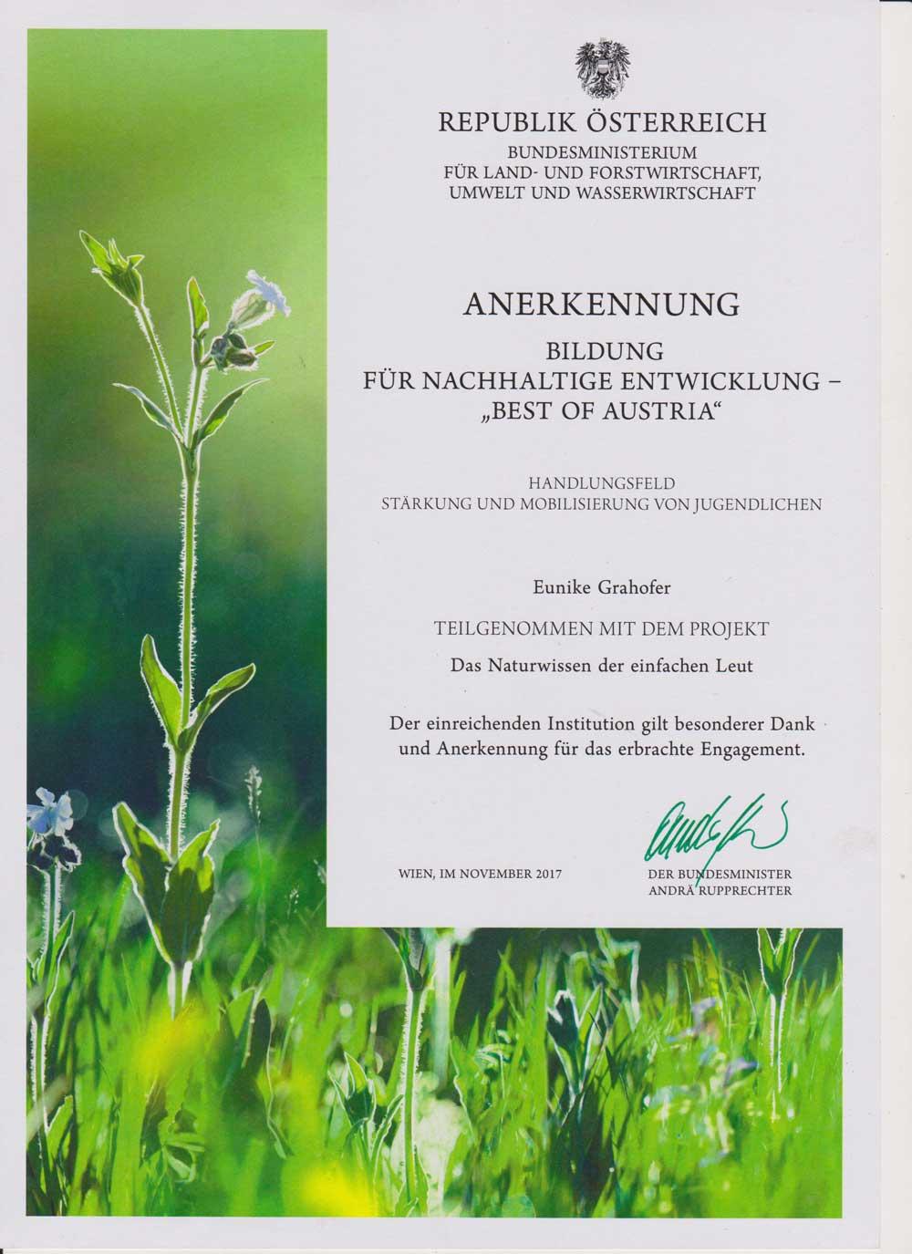 Eunike Grahofer wurde vom Bundesministerium für Land- und Forstwirtschaft, Umwelt- und Wasserwirtschaft mit einer Anerkennungsurkunde für das Projekt das Naturwissen der einfachen Leut ausgezeichnet