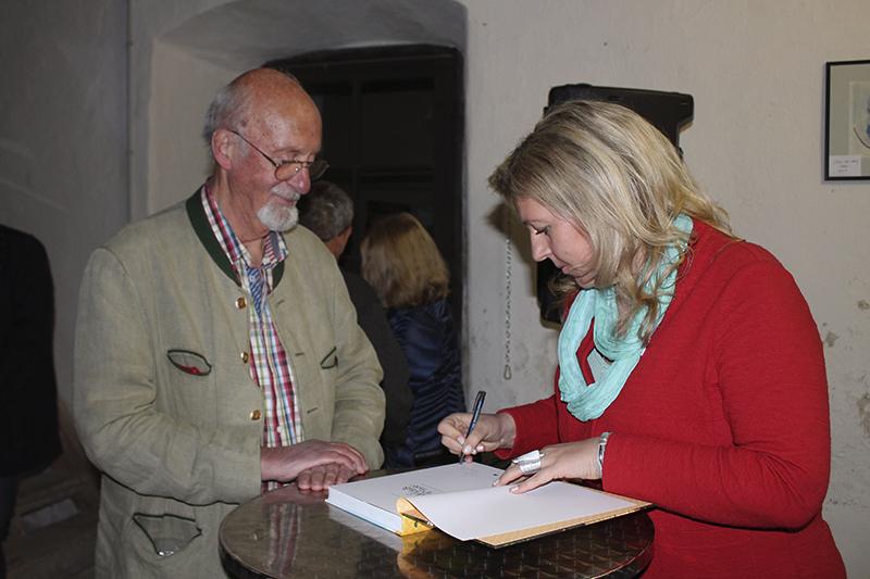 Eunike Grahofer beim Signieren einer Ausgabe