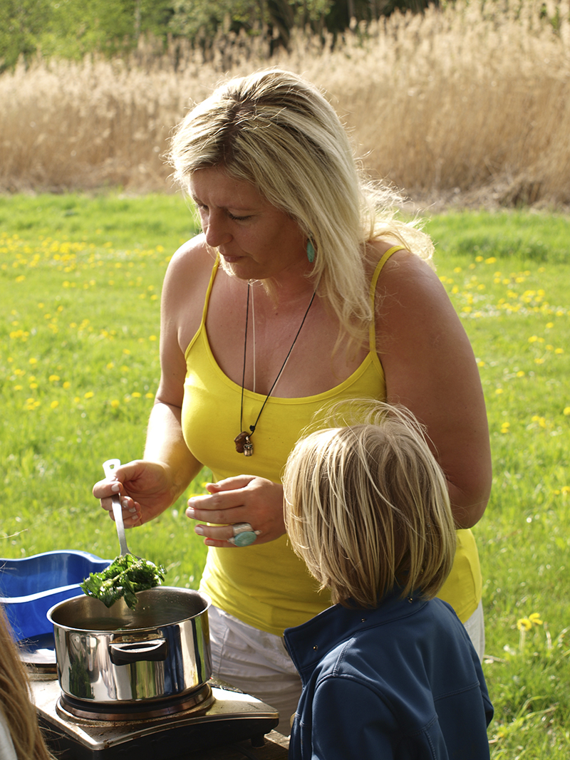 Eunike Grahofer beim Kochen mit einem Kind