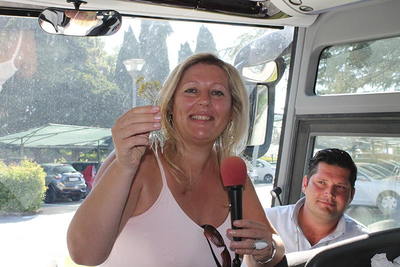 Eunike im Bus mit einen Kraeut in der Hand