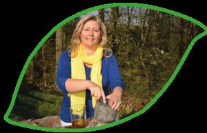 Eunike Grahofer beim moersern von Spitzwegerich in der Natur