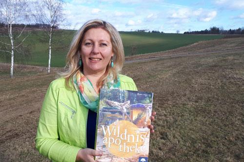 Eunike Grahofer mit Buch Wildnisapotheke
