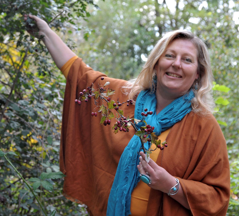 Eunike Grahofer bei Hagebutten in Natur