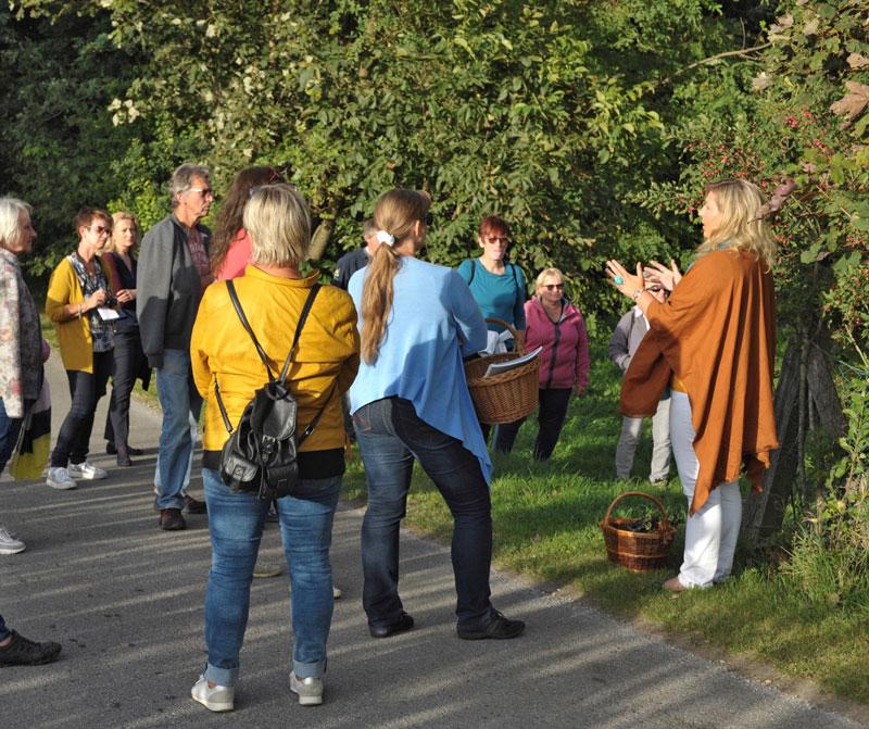 Eunike Grahofer erklaert den interessieren Teilnehmern die Natur